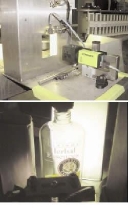 Kontrolle der Etikettenposition auf Shampooflaschen